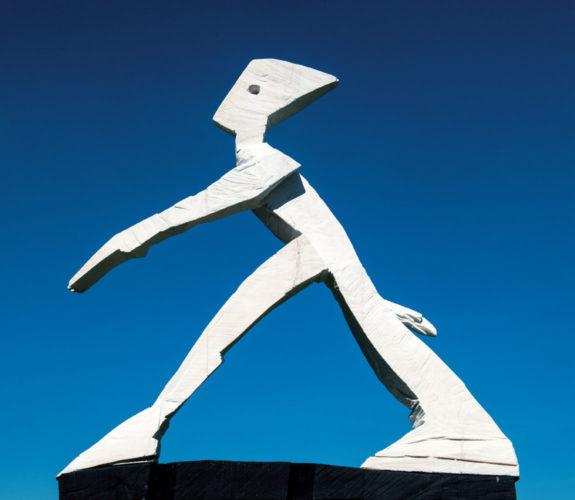 Tilmann-Röhner-Großer-Schritt-mit-Hemmnis-100-x-130-cm-2012-Skulptur-Linde